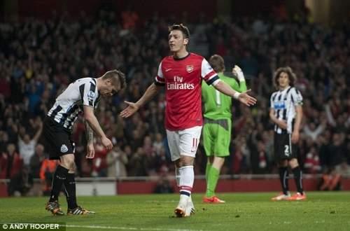 На форме: Месут Озил празднует забив во всеобъемлющей победы 3:0 Арсенала над Ньюкасл