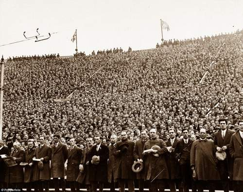 Sport, Football, 1928 FA Cup Final, Wembley, London, England, 21st April 1928, Blackburn Rovers 3 v Huddersfield Town 1, An impressive moment as a section of the 92,041 crowd sing the traditional Cup Final hymn