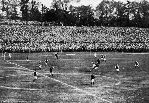 General view of the action at the Crystal Palace during the 1914 final between Burnley and Liverpool