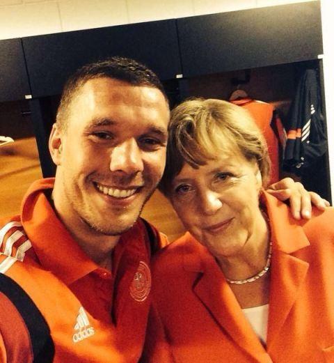 Лукас Подольски и Ангела Меркель после матча Германия — Португалия
