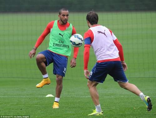 Walcott is fully focused during a touch-based training drill with Flamini as he looks to get back up to speed